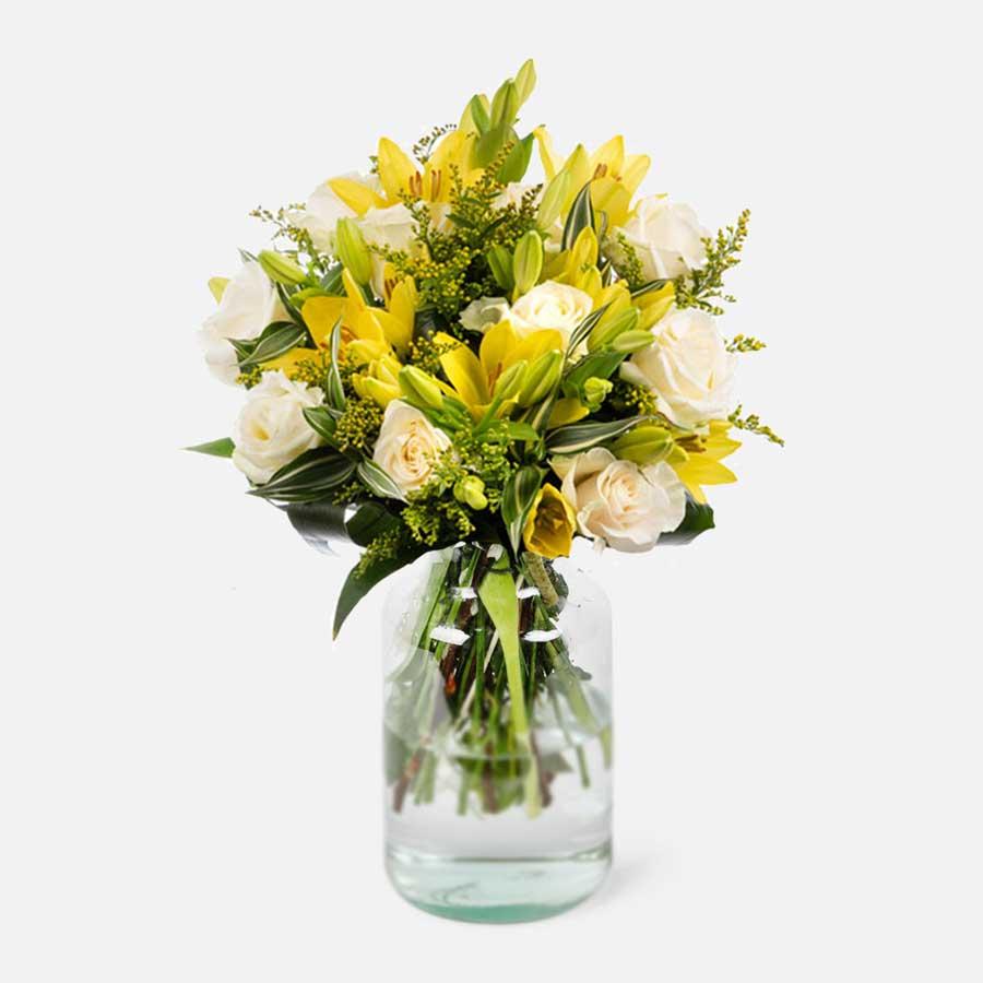 lirios amarillos y rosas blancas