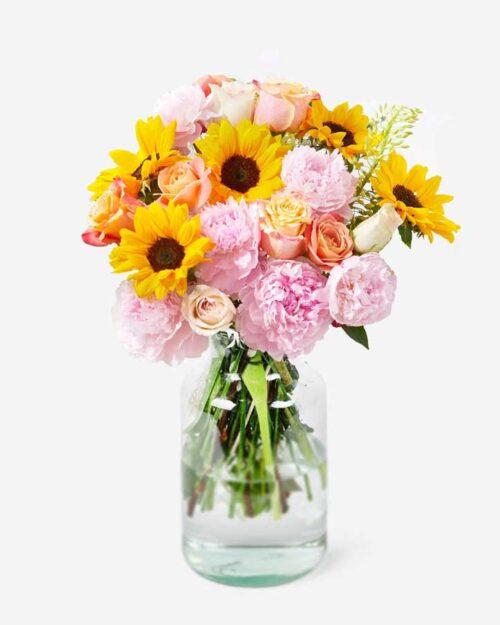 Ramo de peonías y rosas con girasoles