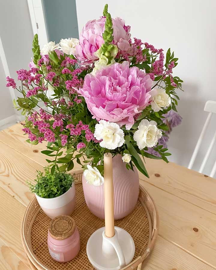 peonias rosas y claveles blancos